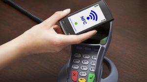 persona-pagando-con-el-smartphone-nfc